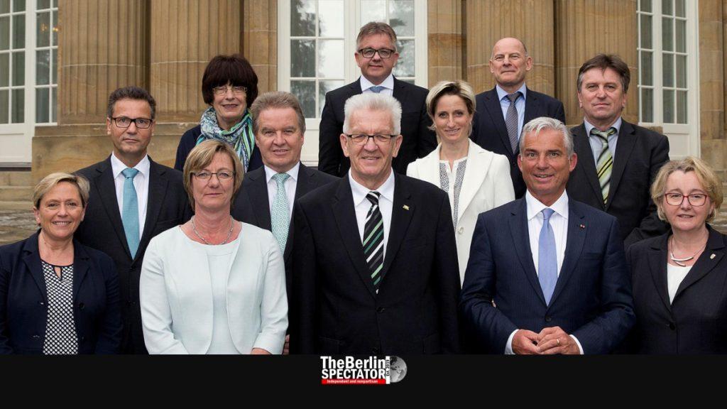 Die baden-württembergische Landesregierung mit Ministerpräsident Winfried Kretschmann posiert für ein Foto.